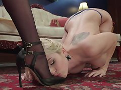 Submissive blonde plays along MILF's dominant oblique