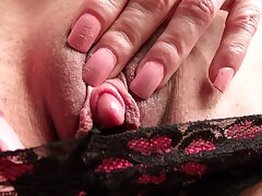 Amateur mature Elizabeth Green plays with her operation titties together with pussy